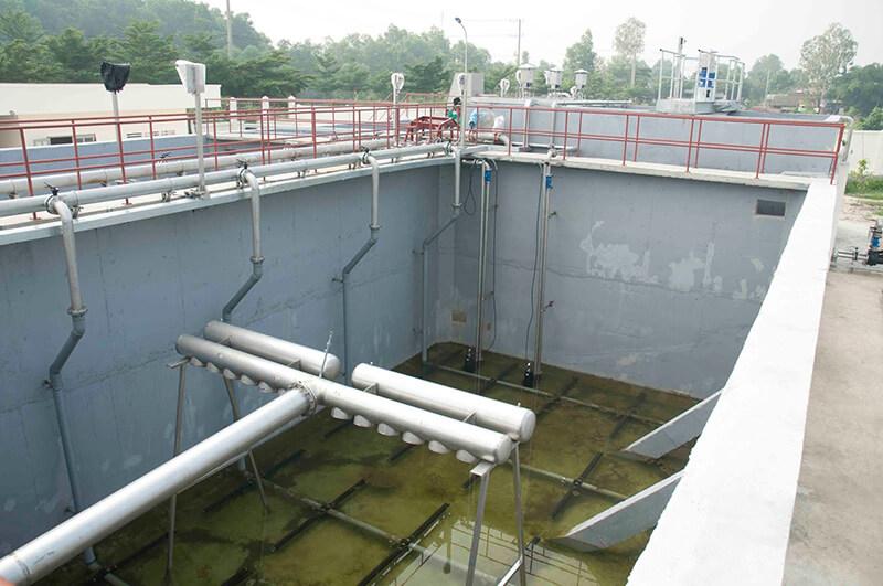 Bể lắng chứa nước thải cần xử lý